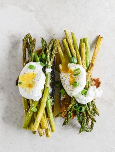 (vía Roasted Sesame Asparagus Toasts with Poached Eggs and Lemon Garlic Aioli | How Sweet It Is)