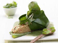 Thailändisches aus dem Ofen: natürlich verpackte Fischfilets mit scharfer Auflage! Lachs im Bananenblatt - mit Kokos-Chili-Paste - smarter - Kalorien: 296 Kcal - Zeit: 20 Min. | eatsmarter.de