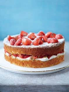 Whipping together the classic strawberries and cream combination from Wimbledon, this Mary Berry cake recipe is a showstopper perfect for all year round. Layer Cake Recipes, Sponge Cake Recipes, Mary Berry Biscuits, Wimbledon Strawberries And Cream, Wimbledon Recipes, Desserts With Biscuits, Berry Cake, Great British Bake Off, Breakfast Cake