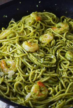 Easy pesto shrimp pasta recipe made with fresh homemade pesto. pasta rezept Easy pesto shrimp pasta recipe made with fresh homemade pesto. Nutritious Snacks, Healthy Pastas, Healthy Recipes, Meat Recipes, Healthy Food, Pesto Pasta Recipes, Shrimp Recipes, Pate Spaghetti, Salsa Pesto