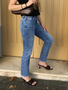 All you need to know about the shoe trend taking over this season. #style #styleblog #styleinspiration #shoes #shoetrends #zapatos #trends2020 #tendencias2020 #mules #mulesshoes Kurt Geiger, Primark, Zapatos Shoes, Color Turquesa, Mules Shoes, Mom Jeans, Shoe Trend, Style Inspiration, Seasons