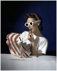 Muriel Maxwell, American Vogue, 1939 by Horst P. Horst (Horst: Photographer of Style: V&A (Victoria & Albert Museum) 6 Sep 2014 – 4 Jan 2015 - Exhibition) Vintage Vogue, Moda Vintage, Vintage Fashion, 1940s Fashion, Vintage Style, Paris Vintage, Vintage Glamour, Victoria And Albert Museum, Hollywood Glamour