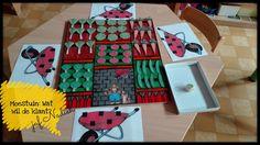 Moestuinspel:  De kleuters gooien om beurt met de dobbelsteen en nemen vervolgens de juiste groente uit de moestuin en kleven deze in hun kruiwagen (1KK). Gradatie: kruiwagen met schaduwafbeeldingen
