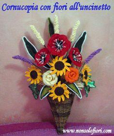 Cornucopia con fiori all'uncinetto - altezza cm 50 x cm 30 larghezza