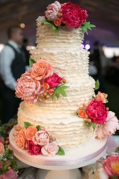 Pourquoi pas un ruffle cake ? Quatre étages de gourmandises pour ce ruffle cake. Les fleurs viennent parfaire ce gâteau.