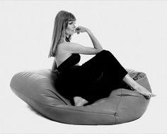 Gatti, Paolini, Teodoro - Sacco  De 'Sacco' dateert al van 1968, en is het gevolg van de samenwerking van drie studenten bij Zanotti. Ze wilden meubelen designen die pasten bij de toenmalige tijdsgeest, en die casual genoeg waren voor de flowerpower-generatie. Ze kwamen met het concept van de beanbag op de proppen. De zitzak paste zich onmiddellijk aan elke lichaamsvorm aan, en was een instant succes bij hipsters uit de jaren 60 en 70.
