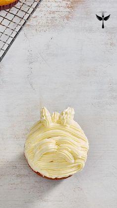 Dieses und noch mehr niedliche Hundeküchlein für Leckermäuler findest du in LECKER Bakery 2020! #lecker #leckermagazin #lecker_magazin #backen #muffins #cupcakes #frosting #hundeliebe Camembert Cheese, Muffins, Bakery, Cupcakes, Food, Honey Cake, Baked Goods, Muffin, Cupcake Cakes