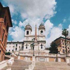 Bugün yolumuzu İspanyol Merdivenlerine çevirdik.  Roma'ya gelen her turist Piazza di Spagna yani İspanyol Meydanını görmeden geri dönmez.  Adını yakınında bulunan ve 17. yüzyıldan beri varlığını sürdüren İspanya Büyükelçiliği'nden alan İspanyol Merdivenleri'nde birçok ünlü markanın dükkanını bulabilir, çevresinde bulunan restoran veya kafelerde ise oturup kahvenizi içebilir veya Italyan yemeklerinin tadına bakabilirsiniz.  Meydanın ortasında her Roma meydanında olduğu gibi ünlü bir çeşme yer