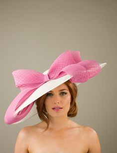The Warwick dish hat comprises a large dish base with shallow crown trimmed with a wide band and a large bow to the front of diamond patterned sinamay. Royal Dresses, Ball Gown Dresses, Fascinator Hats, Fascinators, Headpieces, Melbourne Cup Fashion, Hat For The Races, Races Fashion, Fashion Hats