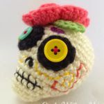 Day Of The Dead Sugar Skull Free Amigurumi Pattern - Geek With a Hook - GeekWithaHook. Crochet Skull Patterns, Halloween Crochet Patterns, Amigurumi Patterns, Holiday Crochet, Crochet Gifts, Cute Crochet, Crochet Amigurumi, Crochet Dolls, Yarn Projects
