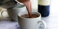 Red wine and chocolate go together like Netflix and chill. So why not combine the two wonderful ingredients and make red wine hot chocolate? Red Wine Hot Chocolate Recipe, Vino Y Chocolate, Chocolate Food, Chocolate Chips, Melt Chocolate, Holiday Drinks, Fun Drinks, Yummy Drinks, Beverages