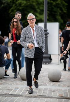 What Pitti Uomo's Best Dressed Men Are Wearing – Men's style, accessories, mens fashion trends 2020 Stylish Mens Fashion, Stylish Mens Outfits, Best Mens Fashion, Mens Fashion Suits, Look Fashion, Fashion Models, Fashion Blogs, Men In Suits, Fashion Styles
