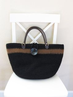 This is a #crochet bag you will LOVE! The crochet purse is beautiful, easy to make, and a perfect size to hold everything.  #purse #tote #yarn #crafts #felt #felted