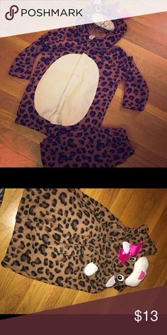 👑Halloween costume👑 Fleece cheetah Halloween costume! Perfect for the fall weather. There's a stain on the front, have not tried to remove it but it may be able to come out. Price reflects! Tag says 4T-5T. Costumes Halloween
