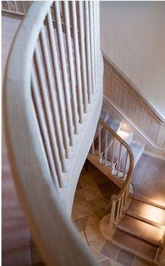 https://i.pinimg.com/236x/ae/ff/90/aeff90f50a1c95ae1966a26357775188--house-stairs-design-living.jpg