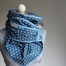 Dieses Wendetuch von Frau Luther ist ein Klassiker- Dreieckstuch mit kleinen Punkten und feinen Sternen.  Einmal um den Hals gewickelt und du hast nicht nur ein- sondern zwei Outfits!  Die eine...