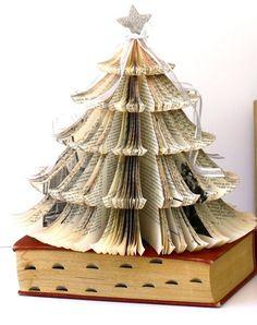 bricolage Noël : sapin décoratif en pages de livres pliées comme décoration de table