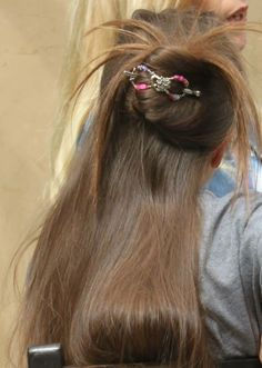 Cute hair. Relaxed but chic. This would be the perfect style for a fun day out shopping with the girls!