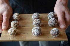 Raw balletjes, zijn gemakkelijk en snel te maken. Heb je deze cookie dough balletjes al eens geprobeerd? www.puursuzanne.nl