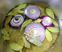 Celkom jednoduchá šošovicová polievka sa varí rýchlo a ľahko. Do hrnca nasypte pol kilové balenie šošovice a nahrubo nakrájajte jednu veľkú cibuľu. Zakryte zopár listami bobkového listu. Zalejte vodou a nechajte asi pol hodinku variť. V tejto chvíli si môžete pretlačiť dve hlavičky jednostrukového cesnaku a nechať na tanieri pripravené nakoniec. V šošovicovej polievke je … Desserts, Food, Postres, Deserts, Hoods, Meals, Dessert, Food Deserts