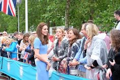 Emily Andrews (@byEmilyAndrews) on Twitter: Patron's Lunch in Honor of Queen Elizabeth's 90th Birthday, June 12, 2016-Duchess of Cambridge greets the crowds