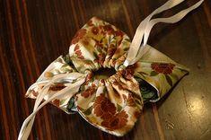 BORSE ORIGAMI sacchettino Orchidea – Passo a passo    Aumentando le dimensioni diviene una  borsettina http://artisticquilting.files.wordpress.com/2010/01/origami-bag.jpg