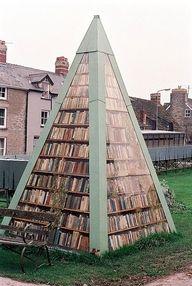 Een openbare piramide-bibliotheek op het Engelse platteland
