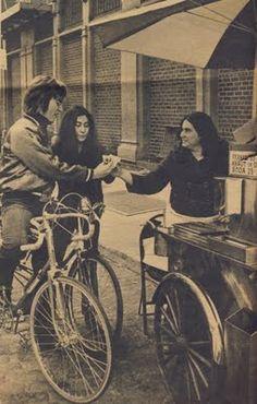 John Lennon y Yoko Ono on a bicycle