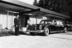 Kanzlerbungalow (Chancellor's bungalow residence)    Bonn, Germany, 1964 designed by Sep Ruf © Bundesbildstelle Egon Steiner Staatskarosse vor dem Kanzlerbungalow 1965
