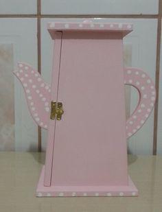 Bule em MDF feito para guardar saquinhos de chá para minha sobrinha. Trabalho feito por mim: Liria Rosa.