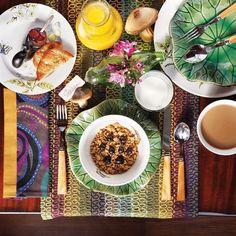 Adoro esse mix de estampas e louças! Uma mesa de café da manhã bem colorida para o dia começar bem alegre!  #olioliteam #oliolilifestyle #mornings #mixandmatch #colorful #latabledegiselle #breakfast