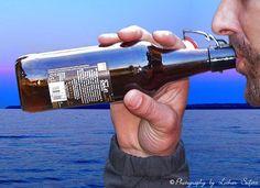 Prost, ein Schluck aus der Flasche erspart das Bierglas.l