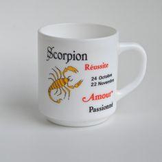 <p><span>Mug vintage Scorpion Arcopal de la série Astrologie en verre opaque crémeux, marqué Arcopal France, état d'usage. Pour donner une note rétro à son petit déjeuner ou à sa pause thé ! On aime son côté désuet et les prévisions brèves qu'il apporte !<br /></span></p>