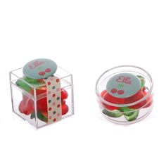 En nog meer kersen: plexidoosjes gevuld met kersensnoepjes en afgewerkt met een button (kubusje) of magneet (rond doosje)