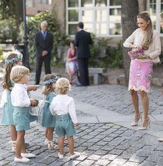corduroy dresses for the girls? Fashion Kids, Fashion Outfits, Baby Boy Outfits, Kids Outfits, Cool Outfits, Pageboy Outfits, Fiesta Outfit, Girls Dresses, Boho Wedding