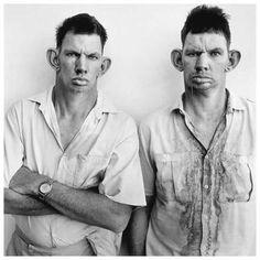 Platteland | Image Gallery | Roger Ballen Photography  Os famosos irmãos gêmeos Dresie e Casie em foto de 1993.