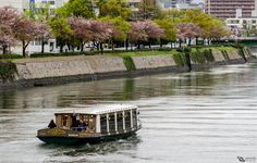 https://flic.kr/p/s6Hm9b   Rio abajo   Navegando por el rio Ota, cerca del Domo de la Bomba Atómica en Hiroshima, Prefectura de Hiroshima, Japón.  --------------------------------------------  Cruising the Ota River, near the Atomic Bomb Dome at Hiroshima