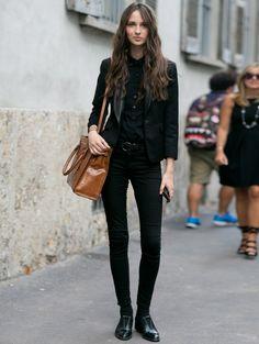 Zwarte skinny, zwarte bloes en een zwarte blazer DIT is de outfit waar modellen bij zweren >| ELLE