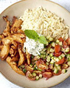 Gerechten in een 'bowl' presenteren is hip en wij zijn fan! Lekker hapklaar en informeel, moet af en toe kunnen, toch? We maken een heerlijk Grieks kommetje met orzo, gyros, kerstomaatjes, komkommer en een frisse yoghurtsaus: tzatziki. De zon in een kom! Tzatziki, I Love Food, Good Food, Yummy Food, Shawarma, Snacks Für Party, Happy Foods, Good Healthy Recipes, Greek Recipes