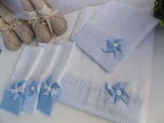 Kit de Fraldas Azul e Branco Catavento 36, Black Wedding Invitations, Wind Spinners, Blue And White, Crafts, Little Girls, Monograms, Shoulder, Therapy