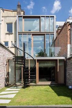 Door de glazen borstwering van het terras wordt het uitzicht vanuit de keuken niet belemmerd.