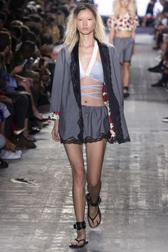 The complete Alexander Wang Spring 2017 Ready-to-Wear fashion show now on Vogue Runway. Spring Fashion Trends, Fashion Week, Fashion 2017, New York Fashion, High Fashion, Fashion Show, Alexander Wang, Catwalk Fashion, Fashion Models
