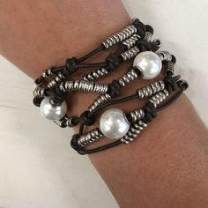 Desert Pearl Uno de 50 Bracelet Woman leather bracelet with several rows of silver plated rings and pearls.With the uniquely unmistakeable style of UNOde50, 100% handcrafted and made in Spain. Uno de 50 Jewelry Bracelets