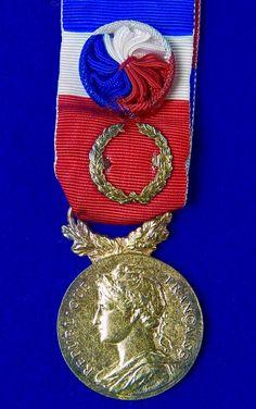 Vintage French France 1987 Medal Order Badge Military Awards, 4th Of July Wreath, French Vintage, Badge, France, The Originals, Decor, Badges, Decorating
