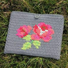Beautiful tablet cover - free crochet pattern (in Dutch, but also available in English) Crochet Tablet Cover, Crochet Case, Diy Crochet, Crochet Crafts, Crochet Projects, Ravelry Crochet, How To Make Purses, Tunisian Crochet, Tapestry Crochet