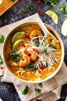 top view of a bowl of laksa soup with noodles, chicken and shrimp Laksa Soup Recipes, Laksa Recipe, Chicken Soup Recipes, Recipe Chicken, Spicy Recipes, Wine Recipes, Asian Recipes, Cooking Recipes, Ethnic Recipes