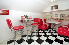 Diner style kitchen Red Kitchen Decor, Kitchen Styling, Rustic Kitchen, New Kitchen, Kitchen Design, Kitchen Ideas, American Diner Kitchen, 50s Diner Kitchen, Retro Kitchens