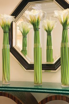 Tall calla lilies in a streamlined style create a peppy green punctuation at Wilshire (A Four Seasons Hotel). Tall calla lilies in a streamlined style create a peppy green punctuation at Wilshire (A Four Seasons Hotel).