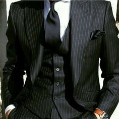 I find this outfit intriguing to the extreme. Its like technically there are a few errors to be found but somehow it all works to create a very aesthetically pleasing combo. Ill have to keep studying it. What sre your thoughts? Black Pinstripe Suit, Black Suits, Sharp Dressed Man, Well Dressed Men, Mens Fashion Suits, Mens Suits, Men's Fashion, Estilo Cool, Mode Costume