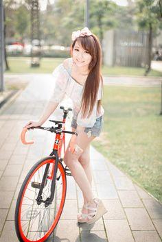フリー写真 ロードバイクと女性のポートレイト